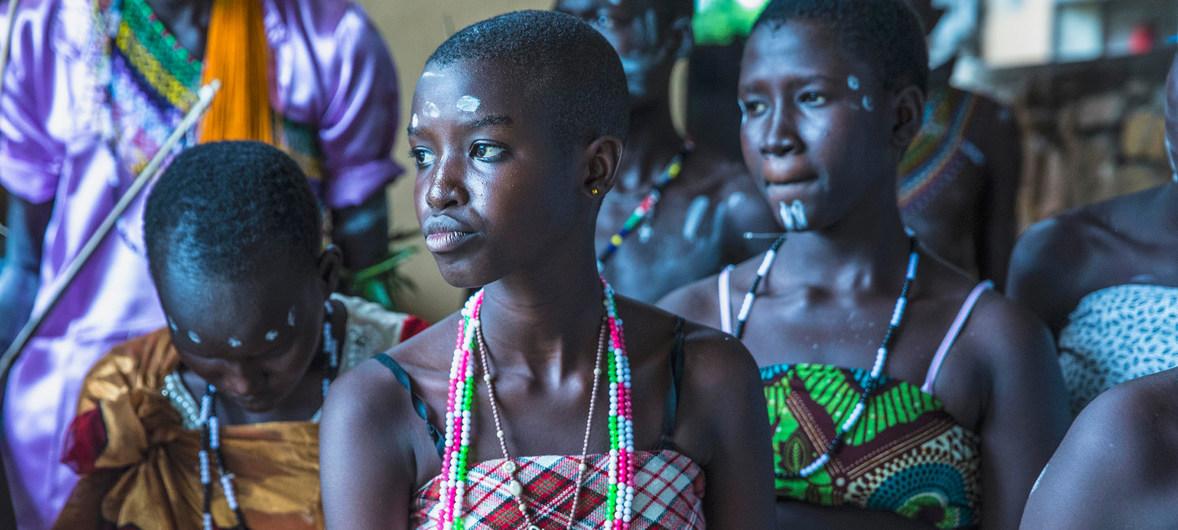 Estudiantes en Sudán del Sur actúan en una obra de teatro que trata sobre la violencia sexual en los conflictos.