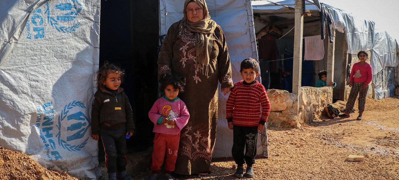 Una familia desplazada que vive en una tienda de campaña improvisada en un campamento de la zona rural del norte de Alepo (Siria).