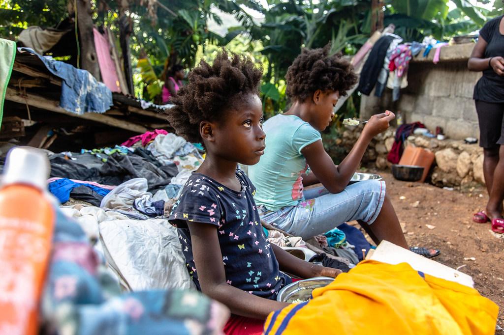 Una familia se sienta en los escombros de su casa destruida tras el terremoto en Haití