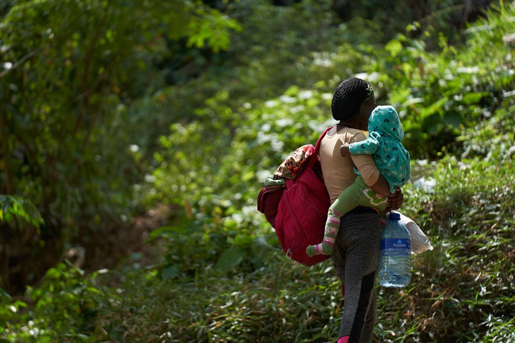 Una mujer de Sierra Leona y su bebé llegan a un albergue en La Peñita, Darién, Panamá