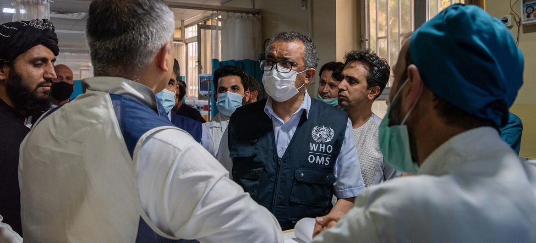 El Director General de la OMS, Tedros Adhanom Ghebreyesus (centro), habla con el personal del Hospital Nacional Wazir Mohammad Akbar Khan de la ciudad de Kabul, en Afganistán.