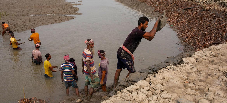 En Bangladesh se están realizando esfuerzos para mejorar la protección de las costas frente a las inundaciones causadas por las tormentas y la subida del nivel del mar debido al cambio climático.