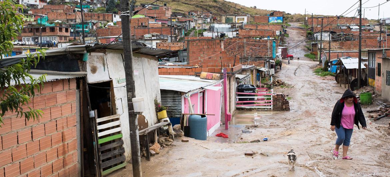 La pandemia ha empujado a millones de personas a la pobreza. En la fobo, el asentamiento irregular Altos de la Florida, en el sur de Bogotá, Colombia.