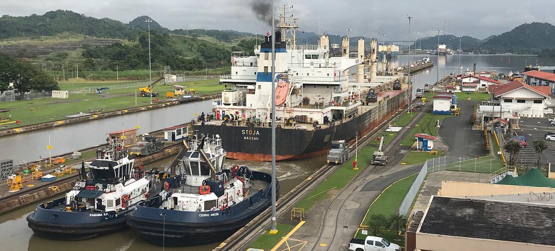 Un barco cruza el Canal de Panamá, una de las rutas comerciales más transitadas del mundo.