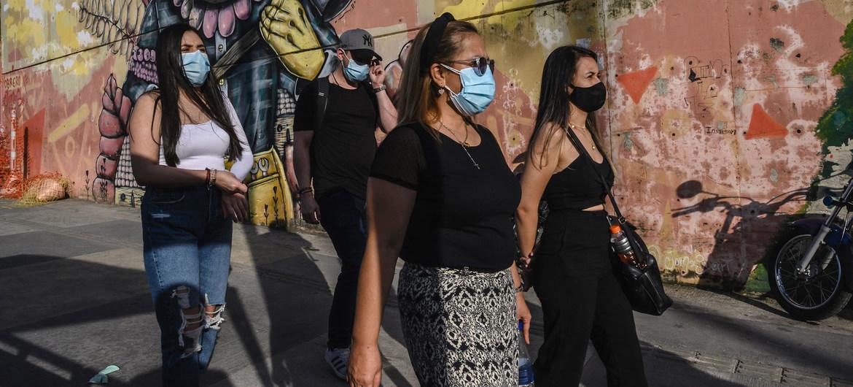 Turistas visitando el barrio Comuna 13 de Medellín, Colombia, durante la pandemia de COVID-19.