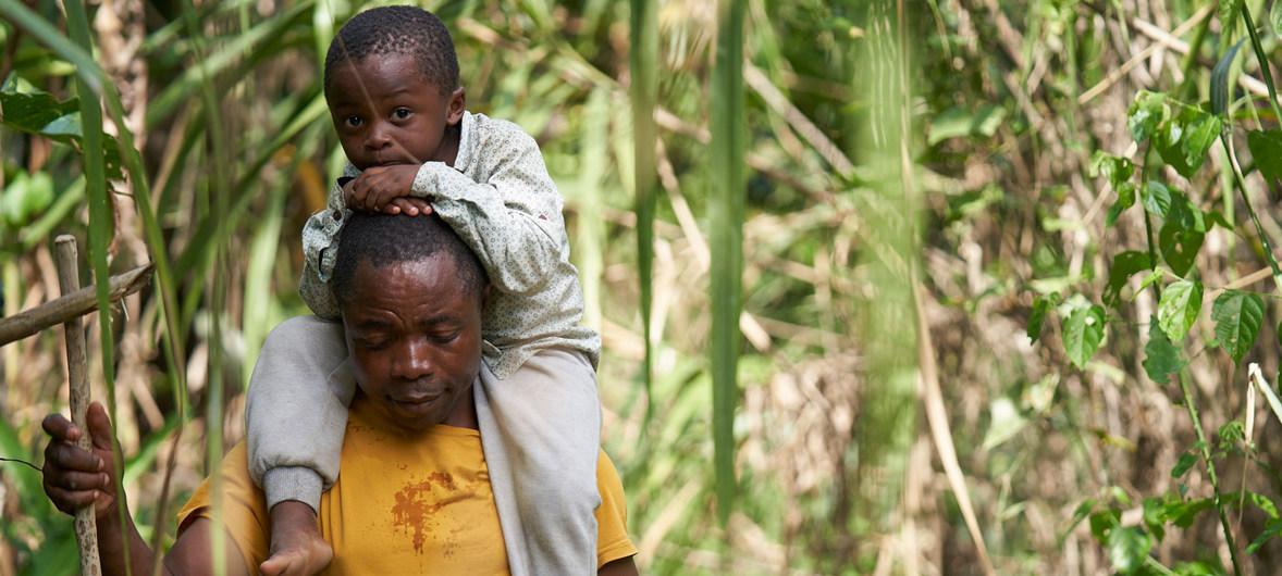Romeu Mauricio y su hijo de tres años, Jetfro cruzan el Darién, que divide a Colombia y Panamá