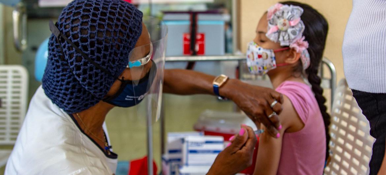 Una niña  es inmunizada durante una campaña de vacunación en Venezuela.