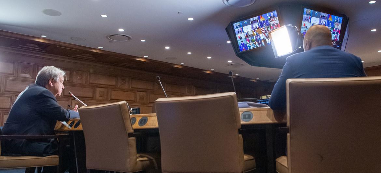 El Secretario General António Guterres (izquierda) interviene en la reunión extraordinaria de líderes del G20 sobre Afganistán.